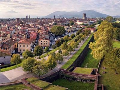 What to do in Tuscany: Go cycling on Lucca's walls